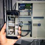 AnyMotion GmbH zeigt in einer Beispielapp wie ein Schaltkasten auf einem Handy per Augmented Reality mit einem Schaltplan überlager wird